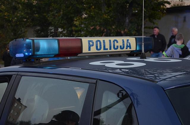 Policja poszukuje sprawcy uszkodzenia samochodu (fot. Przemysław Janas, Jaslonet.pl)