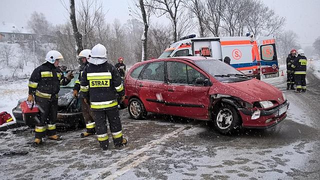 Ślisko na drogach! Wypadek w Siedliskach Sławęcińskich. Jedna osoba ranna (foto)