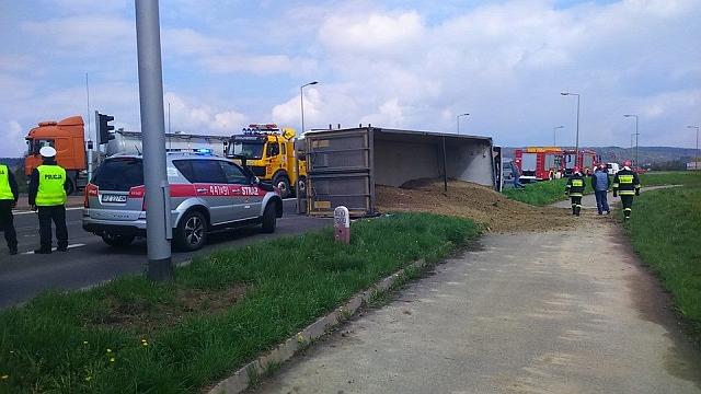 Na Bieszczadzkiej ciężarówka przewróciła się na bok (fot. Krzysztof Czekaj, www.czek-art.pl)