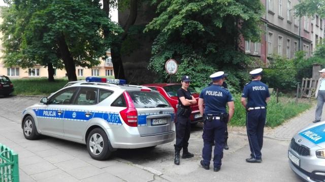 Trwa akcja policyjna! 25-latek grozi wysadzeniem bloku! (fot. P. Janas, Jaslonet.pl)