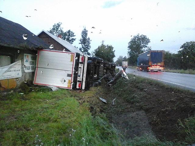Ciężarówka wjechała w budynek gospodarczy i dom mieszkalny