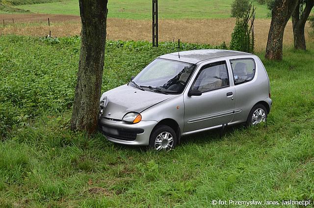 Siepietnica: Fiat uderzył w drzewo. Kierujący trafił do szpitala