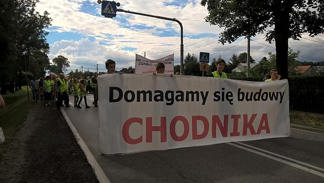 Blokowali drogę bo od lat domagają się przy niej budowy chodnika (fot. OSP Skołyszyn)