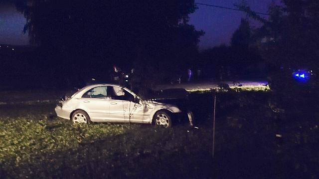 Wypadek w Umieszczeu. Dachowanie samochodu (fot. Przemysław Janas)