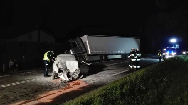 Wypadek w Kołaczycach. TIR zderzył się z samochodem osobowym