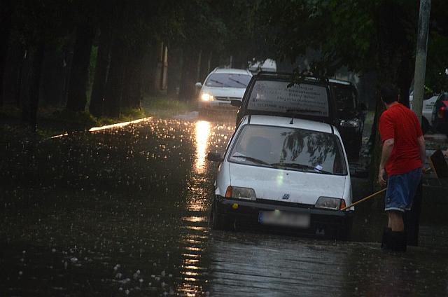 Intensywne opady deszczu nad Jasłem. Zalane drogi i piwnice