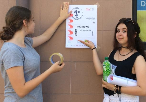 Język kulturalnie smakuje słowa – akcja plakatowa Loesje w MBP