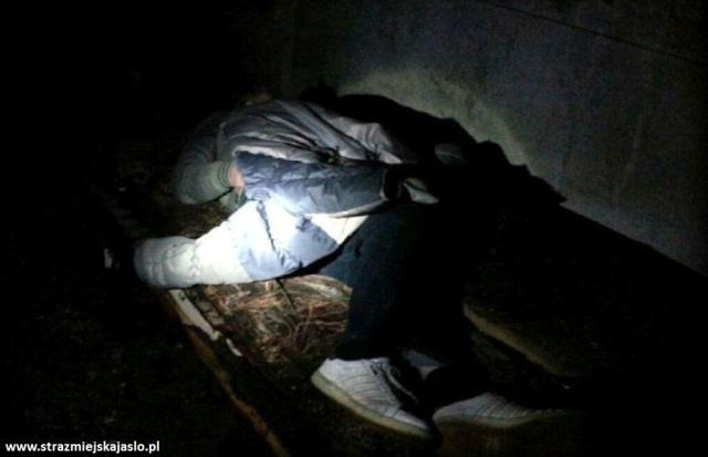 Strażnicy miejscy uratowali mężczyznę przed zamarznięciem